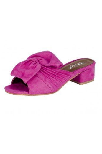 Andrea Conti, růžové letní pantofle