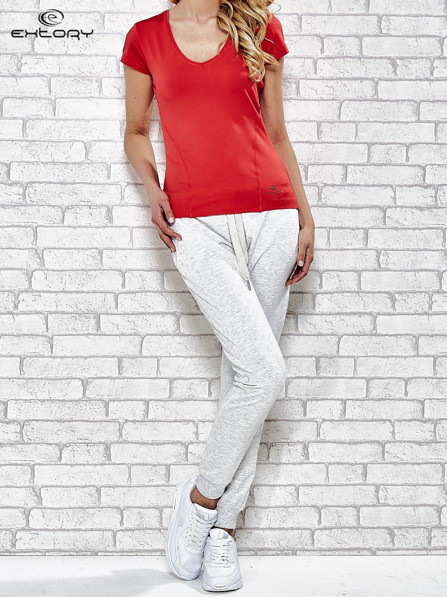 Dámské červené sportovní tričko s lehkým výstřihem do V