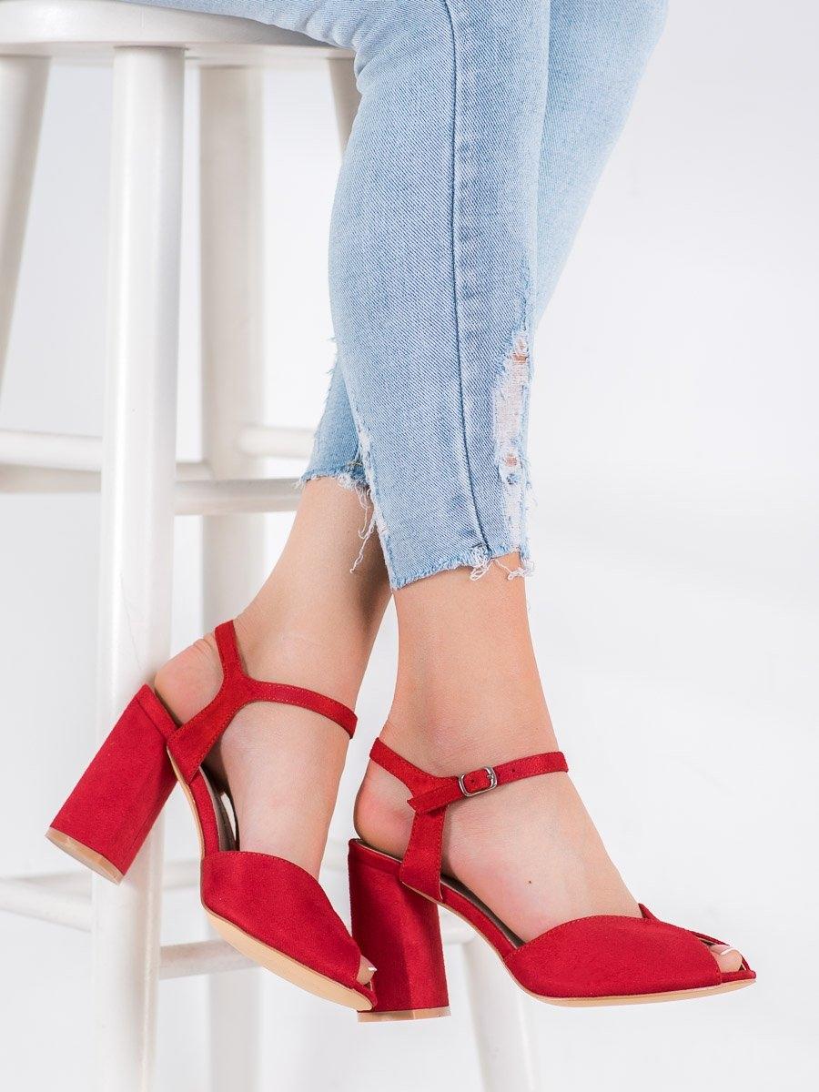Jedinečné červené dámské  sandály na širokém podpatku