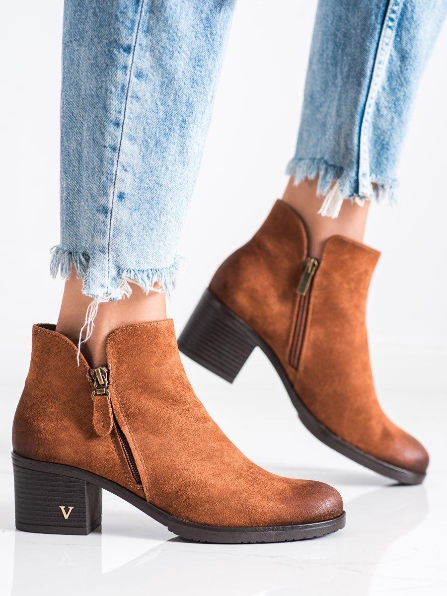 Praktické hnědé dámské  kotníčkové boty na širokém podpatku