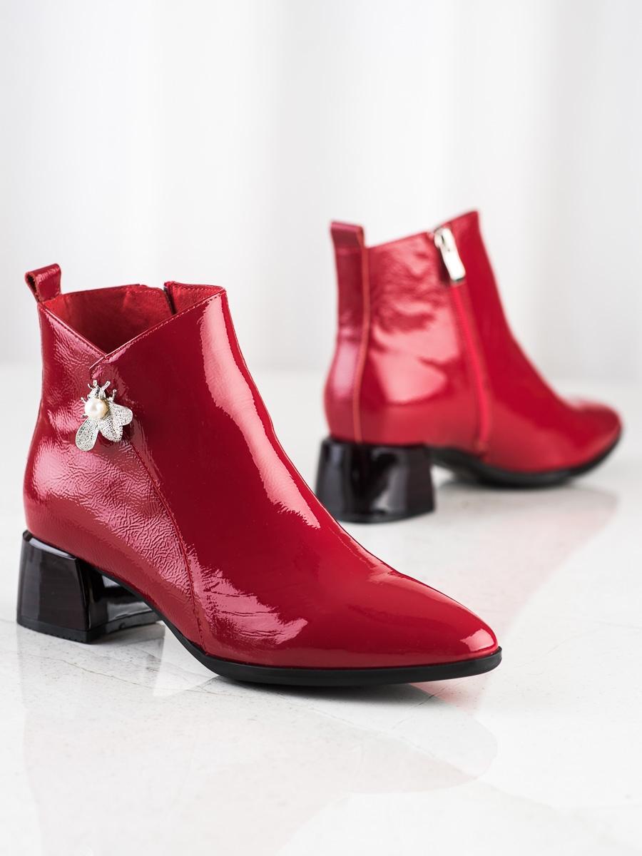 Zajímavé červené dámské  kotníčkové boty na širokém podpatku