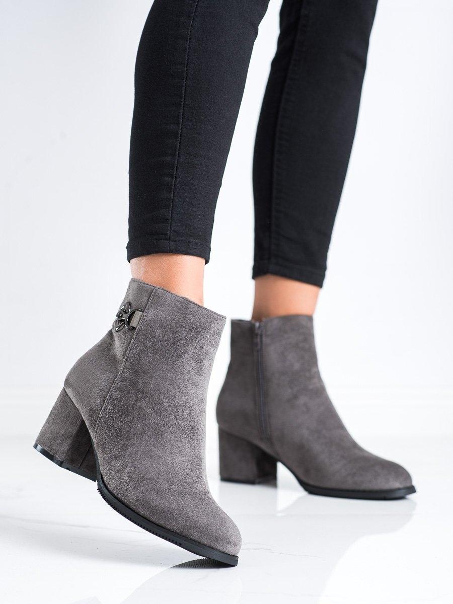 Výborné šedo-stříbrné dámské  kotníčkové boty na širokém podpatku