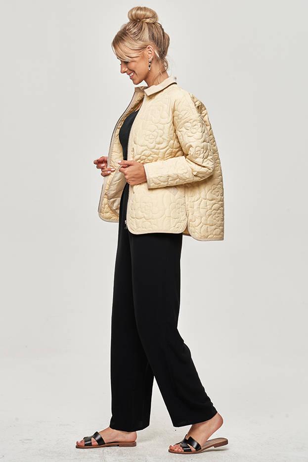 Tenká dámská bunda v krémové barvě s ozdobným prošíváním (JIN226)