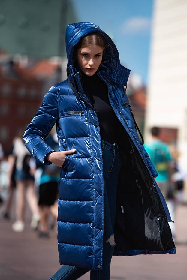 Tmavě modrá lesklá dámská péřová bunda (OMDL-020)