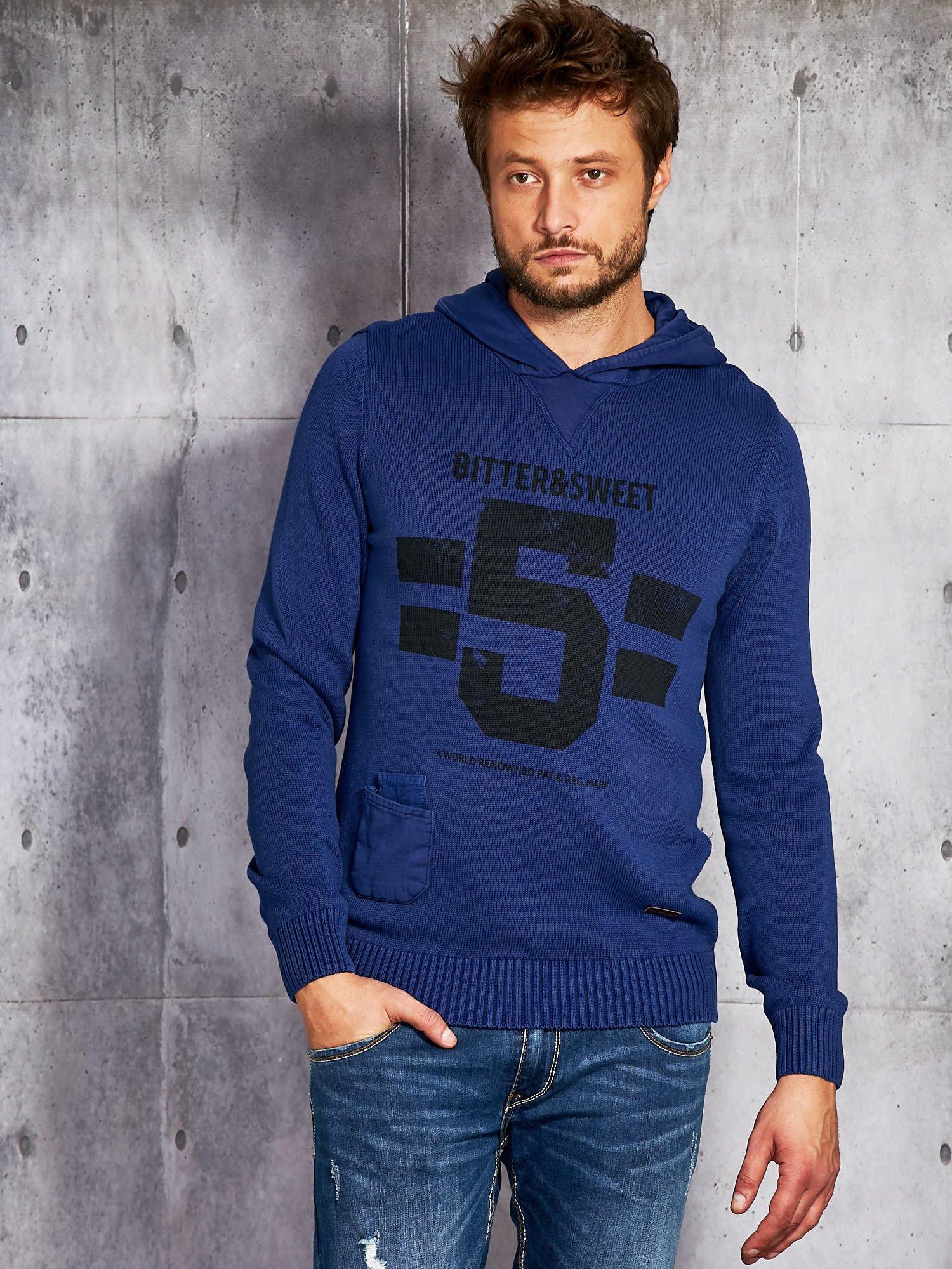 Pánský svetr s potiskem a kapucí v kobaltové barvě