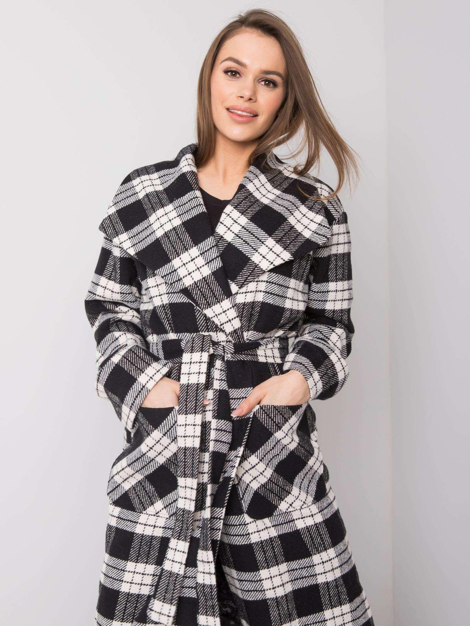 Dlouhý černý a bílý kostkovaný plášť
