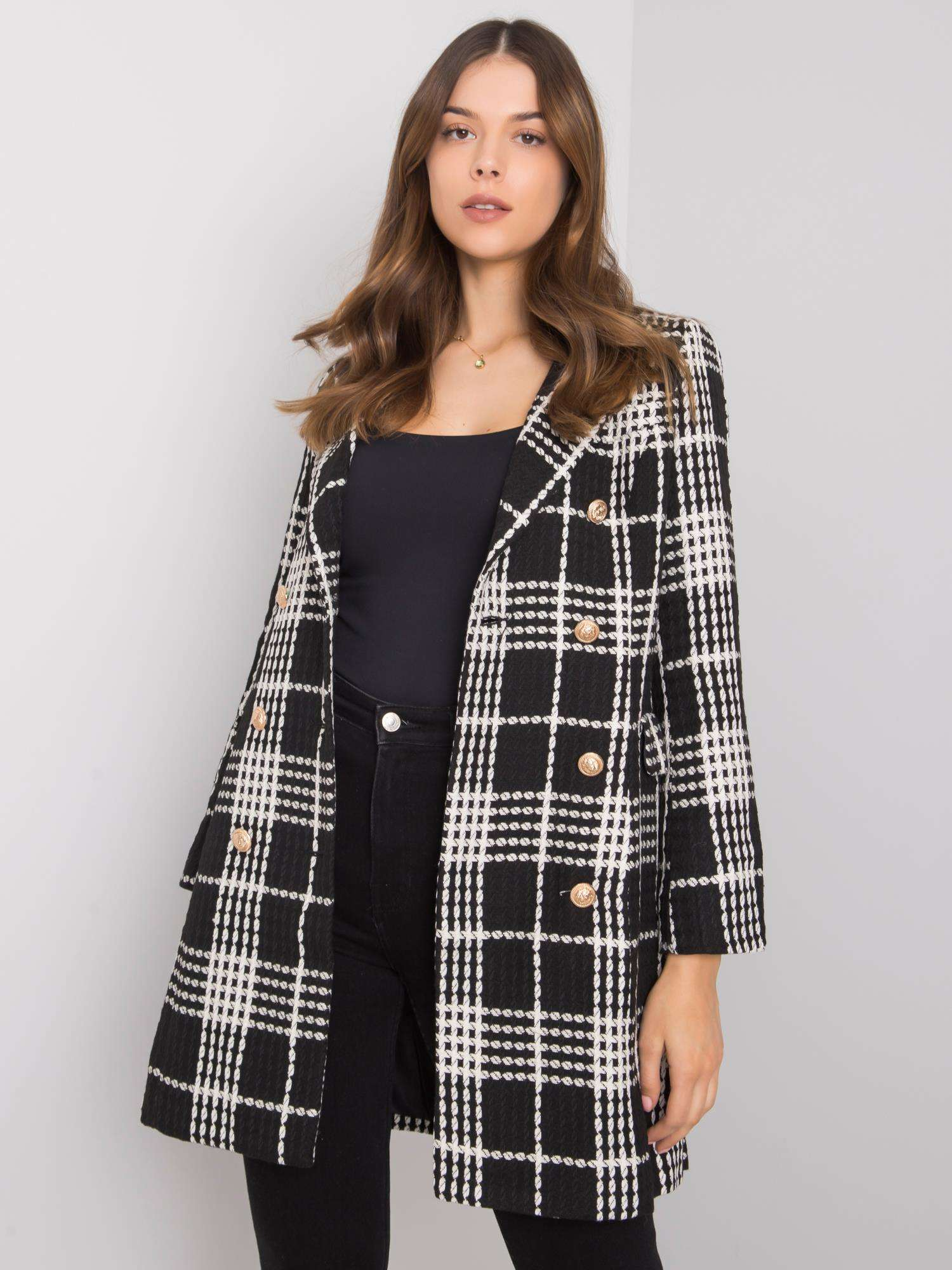 Černý a bílý dámský kostkovaný kabát