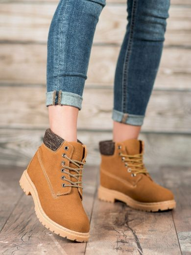 Pěkné hnědé dámské  kotníčkové boty na plochém podpatku