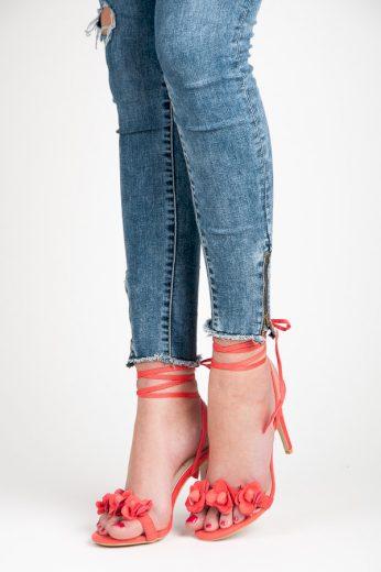 Vázané červené sandály s kytičkami