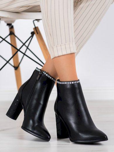 Zajímavé dámské černé  kotníčkové boty na širokém podpatku