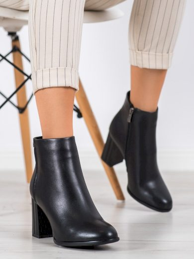 Krásné dámské černé  kotníčkové boty na širokém podpatku