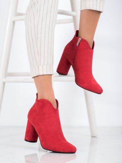 Zajímavé dámské  kotníčkové boty červené na širokém podpatku