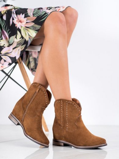 Praktické hnědé  kotníčkové boty dámské na klínku