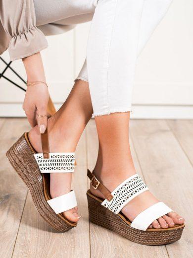 Praktické  sandály bílé dámské na klínku