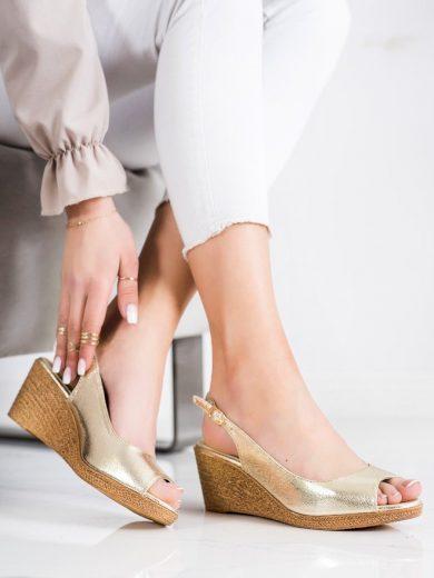 Pěkné zlaté  sandály dámské na klínku