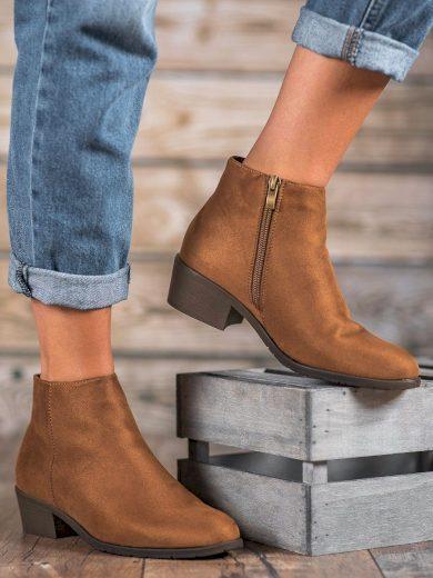Praktické dámské  kotníčkové boty hnědé na plochém podpatku