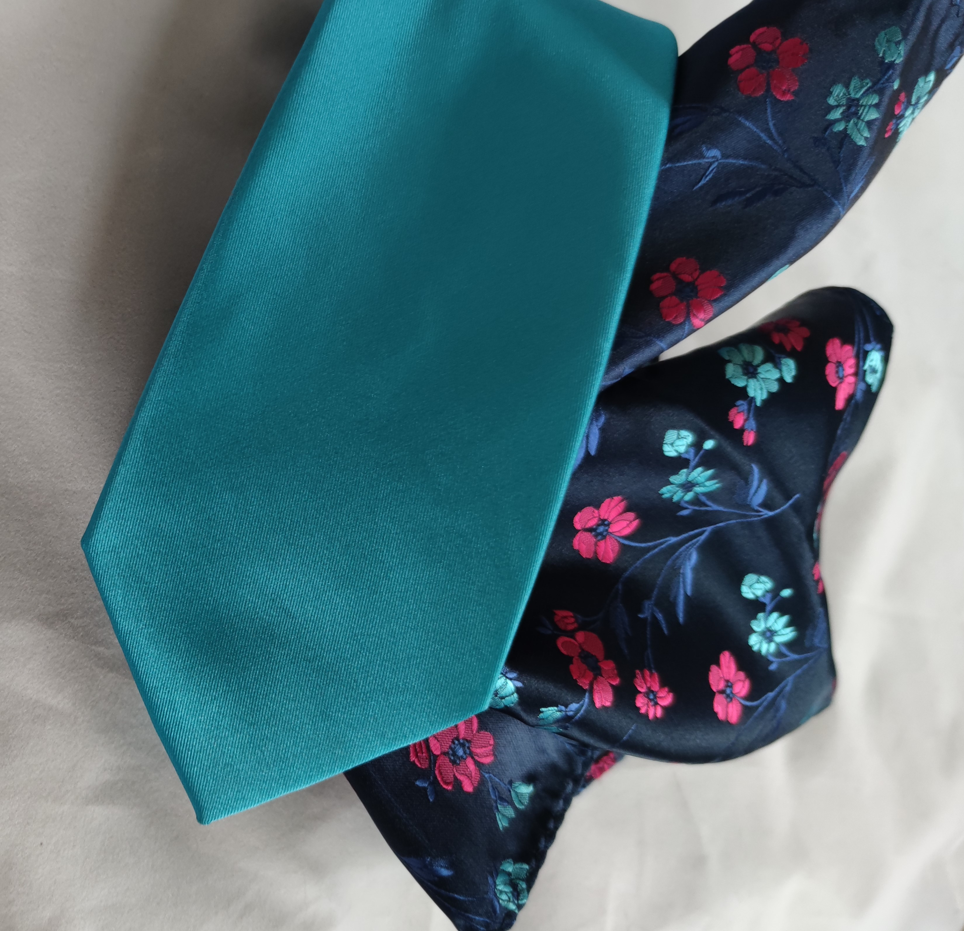 Tyrkysová kravata s kapesníčkem květy