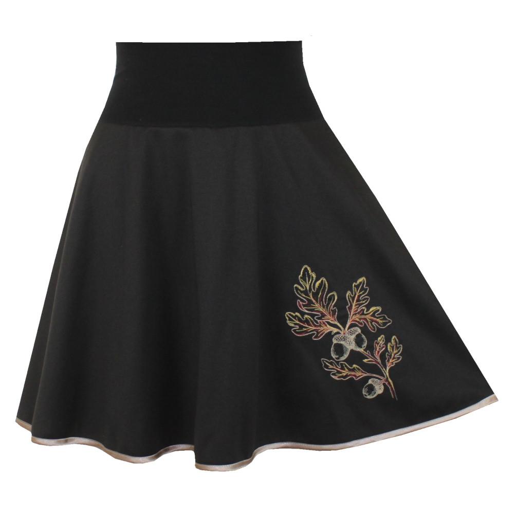 Černá půlkolová sukně, lem, dubová větvička
