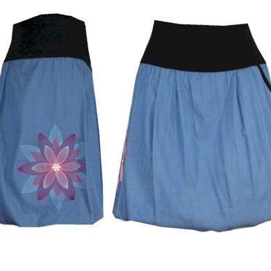 Světle modrá džínová sukně, květina