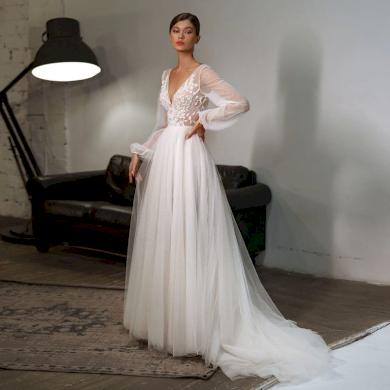 Stylové svatební šaty s hlubokým výstřihem, dlouhým rukávem a vlečkou