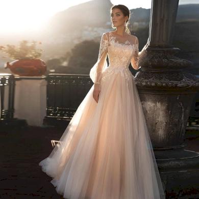 Jedinečné svatební šaty s dlouhým rukávem