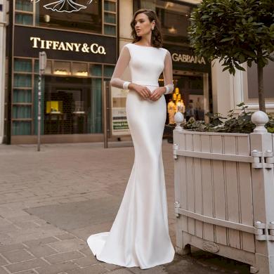 Jednoduché elegantní saténové svatební šaty s dlouhými rukávy a s vlečkou