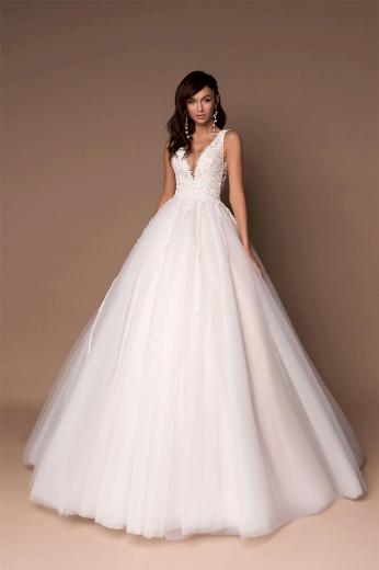 Nádherné plesové svatební šaty s hlubokým výstřihem a krásnou vlečkou