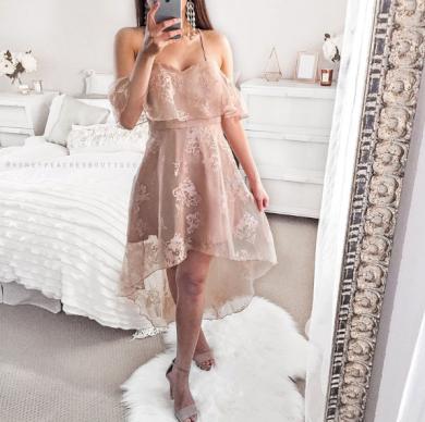 Družičkovské šaty s krajkovou vlečkou