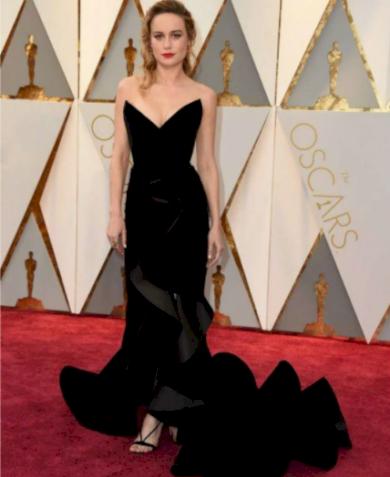 Tvarující dámské družičkovské šaty bez ramínek