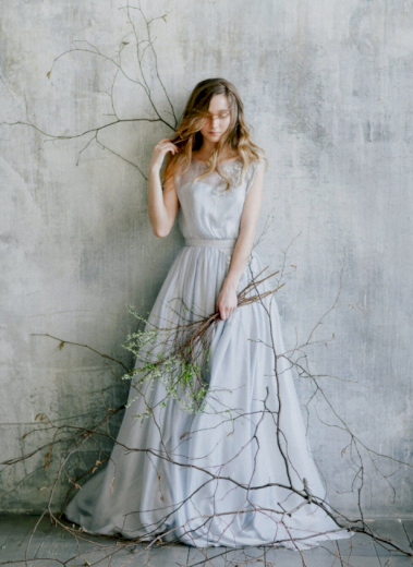 Úžasné volné společenské družičkovské šaty s vlečkou