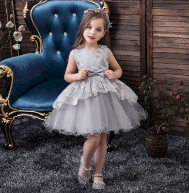 Nádherné dívčí šedé společenské šaty