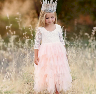 Krásné elegantní dívčí společenské šaty s vlečkou