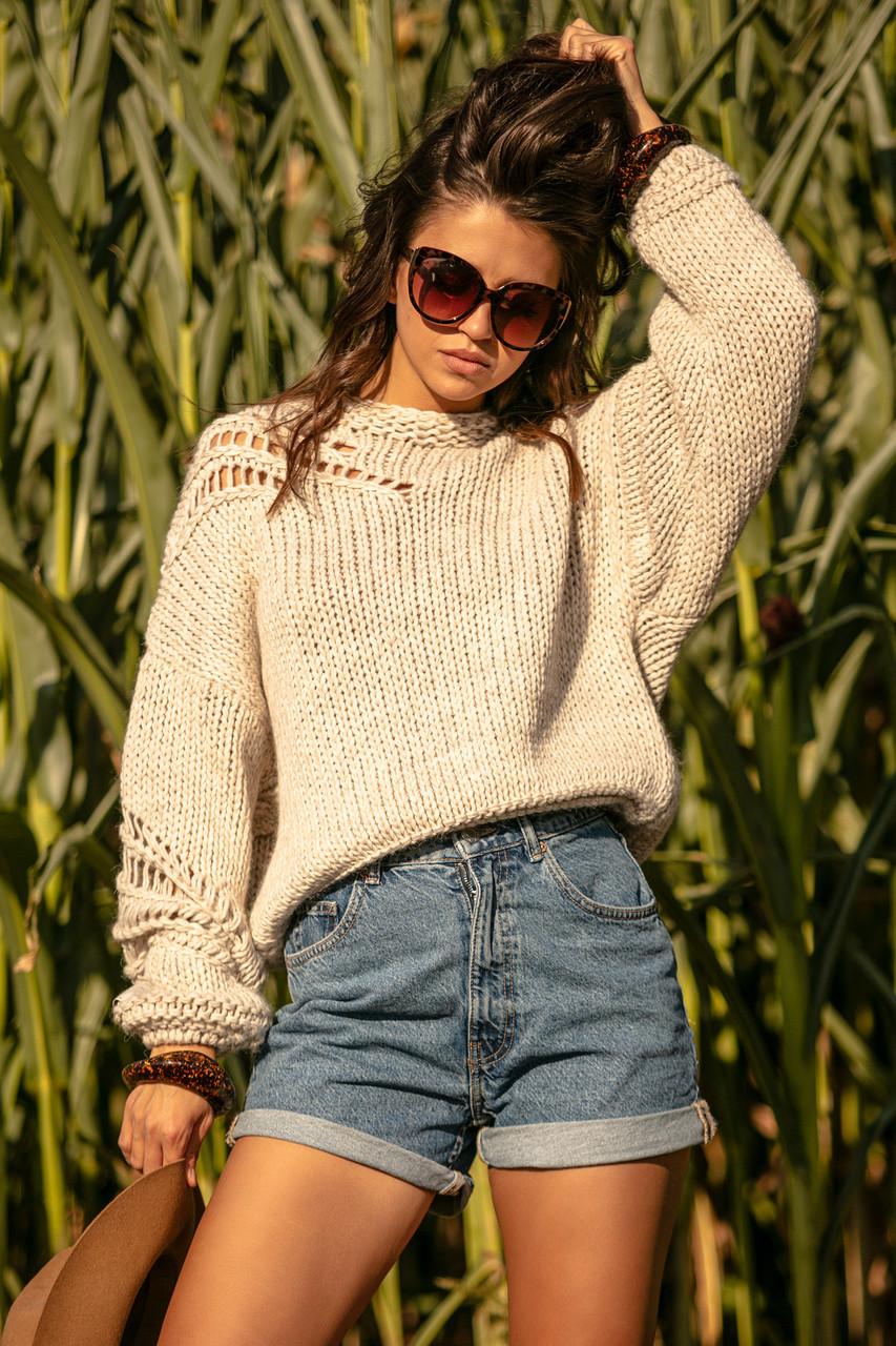 Vlněný svetr s děrováním