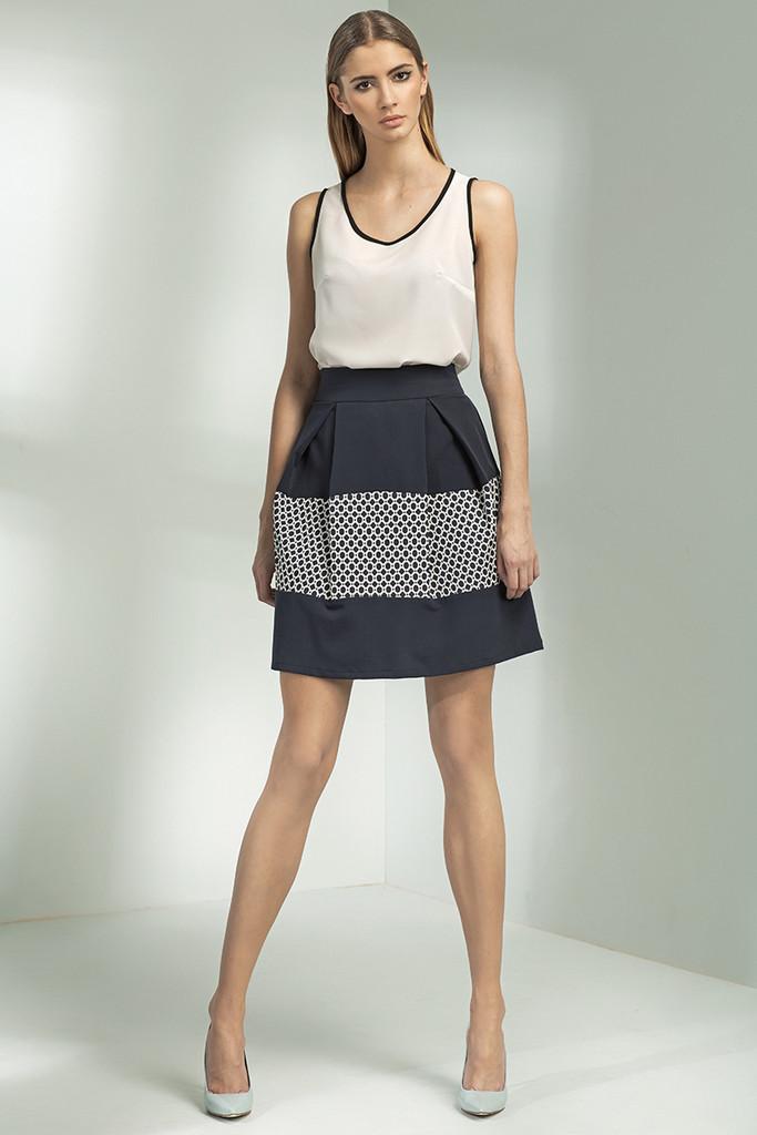 Krátká skládaná sukně se vzorem