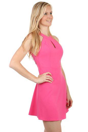 Netradiční šaty s krajkovými zády