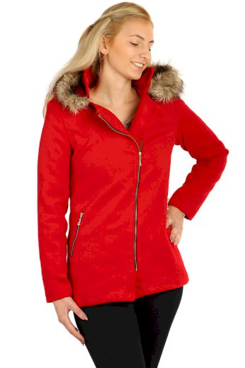 Červený dámský kabát s asymetrickým zipem a kožešinou