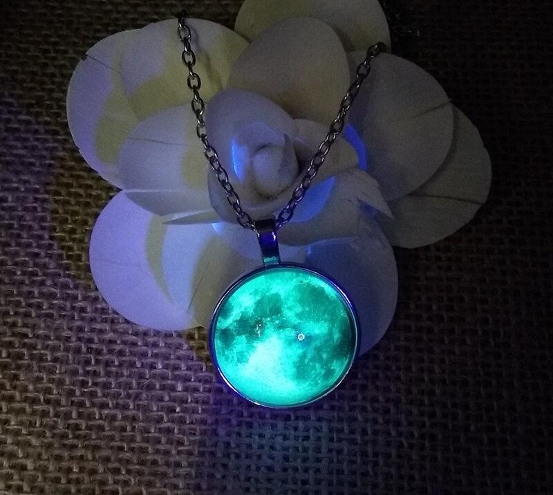 Vyjímečný masivní náhrdelník svítící ve tmě