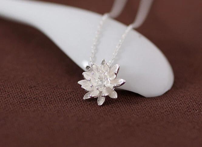 Náhrdelník s přívěskem ve tvaru lotusa