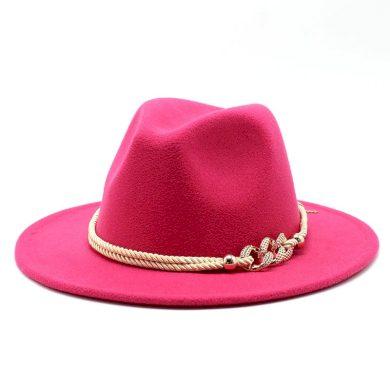 Dámský masivní klobouk zdobený provázkem zlaté barvy