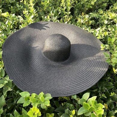 Plažní slaměný klobouk ruzných barev se širokou krempou