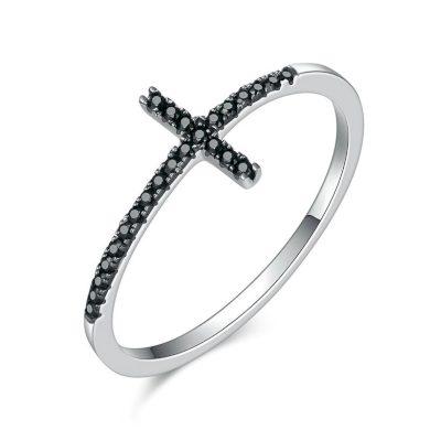 Stříbrný prsten zářivý křížek s černými třpytivými kamínky zirkony