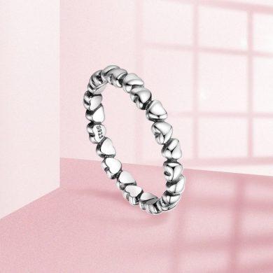 Originální stříbrný prsten ve tvaru srdíček ze stříbra se srdíčkami