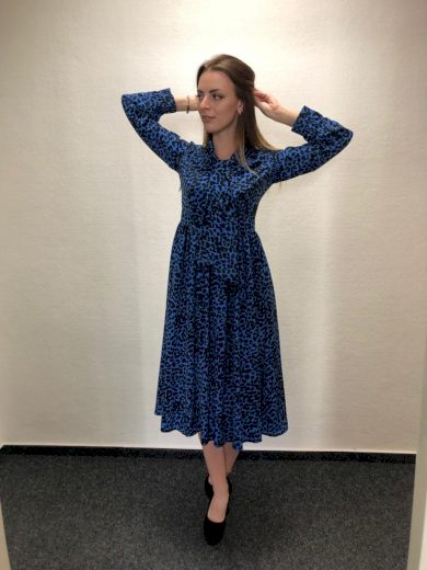 Modré delší šaty pod kolena s černými puntíky a 3/4 rukávy - VEL. S