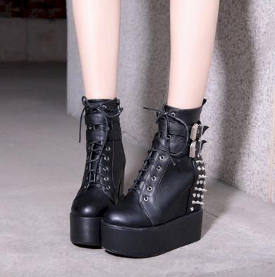 Metal boty gotické na platformě s přezkami a kovovými hroty