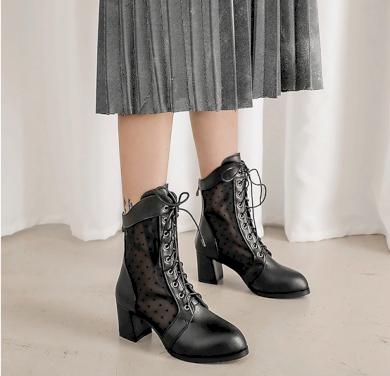 Černé kožené boty semišové na podpatku s průhlednou krajkou
