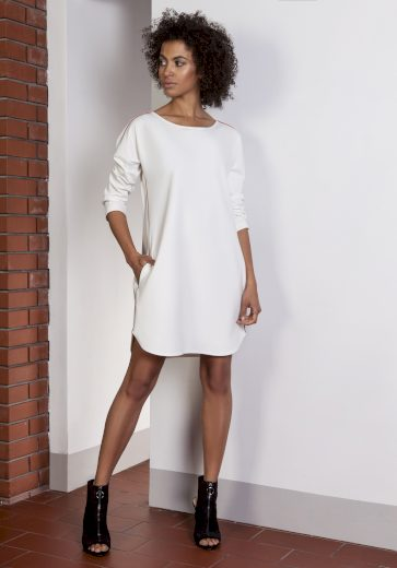 Krátké sportovní bílé šaty s bočními pruhy a kapsami - BÍLÉ XS