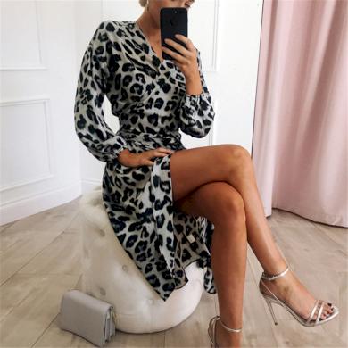Vzorované leopardí šaty midi s obálkovým výstřihem a rozparkem