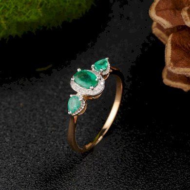 Modní dámský prsten se smaragdy ve tvaru slzy