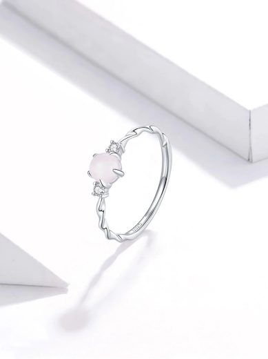 Vintážní stříbrný prsten v minimalistickém stylu s měsíčním kámenem