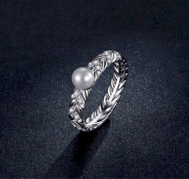 Jemný masivní prsten ze stříbra ve tvaru větví s perlou
